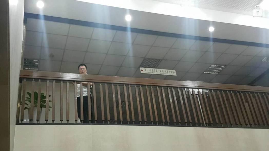 國民黨政策會前執行長蔡正元涉嫌侵吞中影減資案,昨天被傳喚到案,他在北檢邊打電話邊...