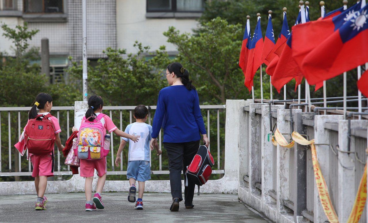 圖為小學生放學情景。記者潘俊宏/攝影