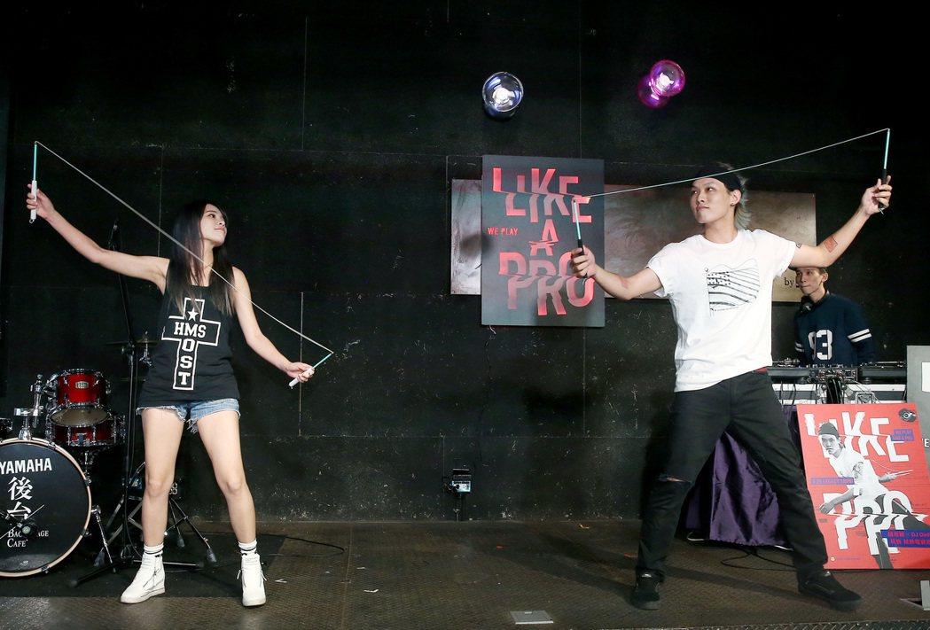 「扯林至尊」趙志翰(右)將在八月舉辦扯鈴電音派對,「鼓靈盟主」陳曼青(左)18日...