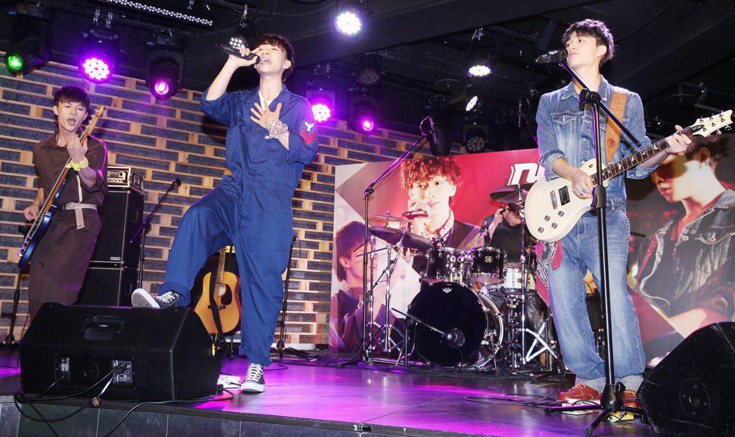 日系搖滾樂團noovy去年底到日本在日本索尼受訓半年,舉行新專輯《ONE》發表會...