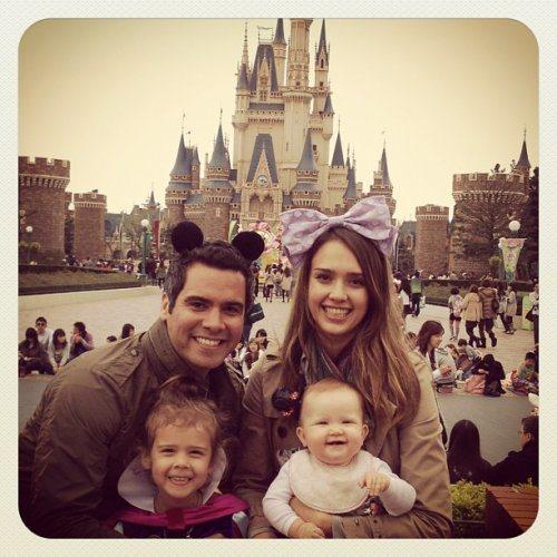 潔西卡艾芭與老公訪東京也不忘帶著小孩去迪士尼樂園玩。圖/摘自Instagram