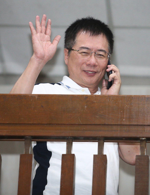 國民黨前政策會執行長蔡正元(圖)前晚利用偵查庭休息時間到外面打電話,還揮手跟記者...