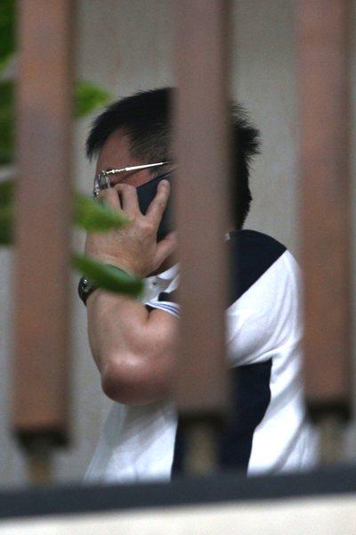 蔡正元(圖)前晚遭移送台北地檢署複訊,昨天凌晨利用偵查庭休息時間到外面打電話。 ...