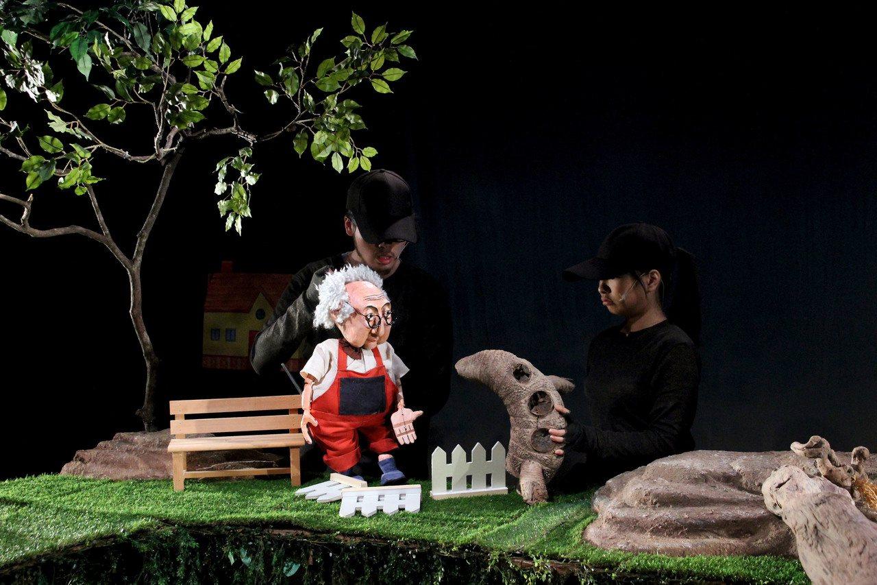 台灣的無獨有偶工作室劇團在法國亞維儂演出「魯拉魯先生的草地」,有法國父母為了帶孩...
