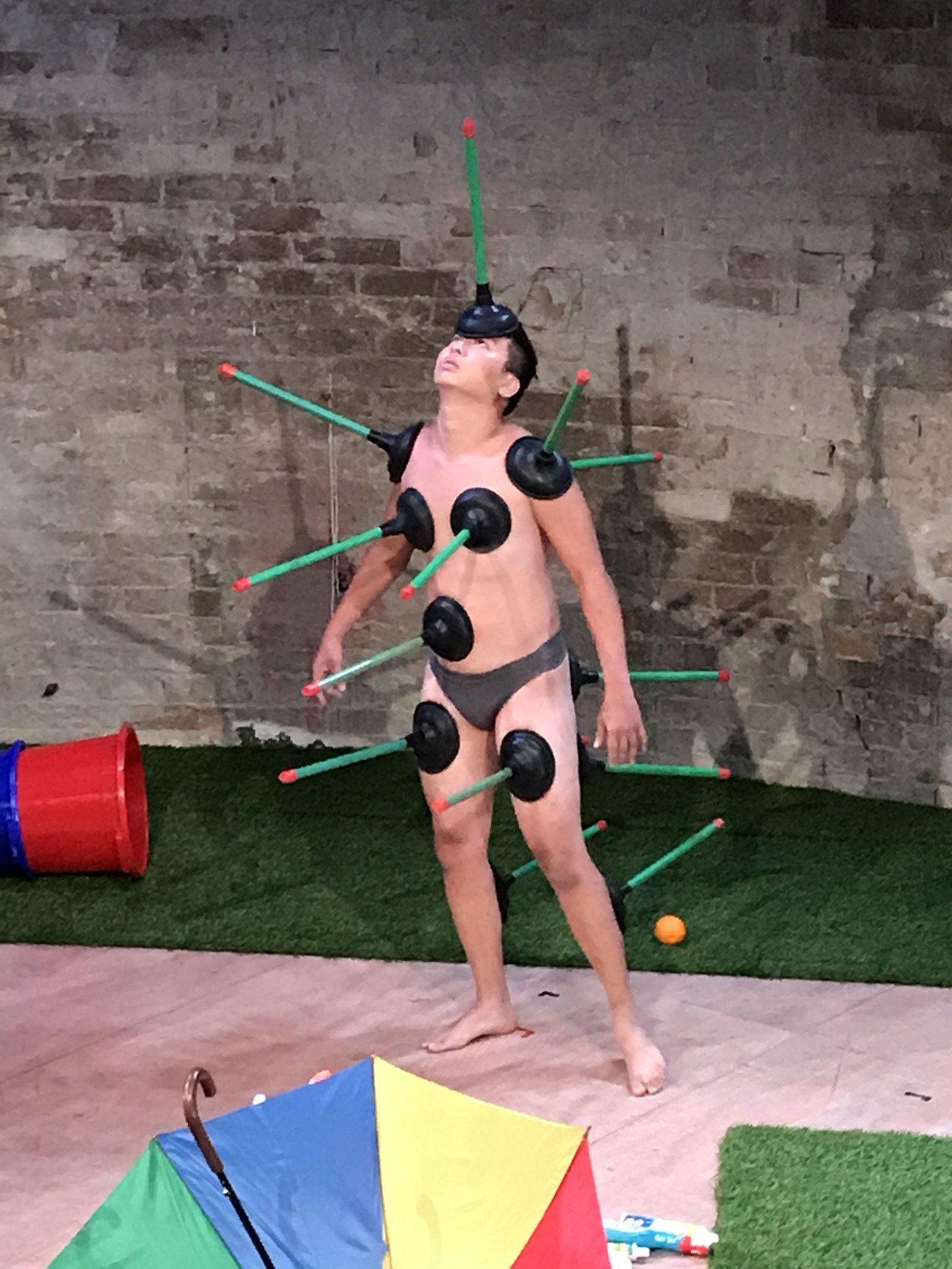 福爾摩沙馬戲團在法國亞維儂演出「一瞬之光」,走非傳統路線,用衣架、拖把、馬桶吸盤...