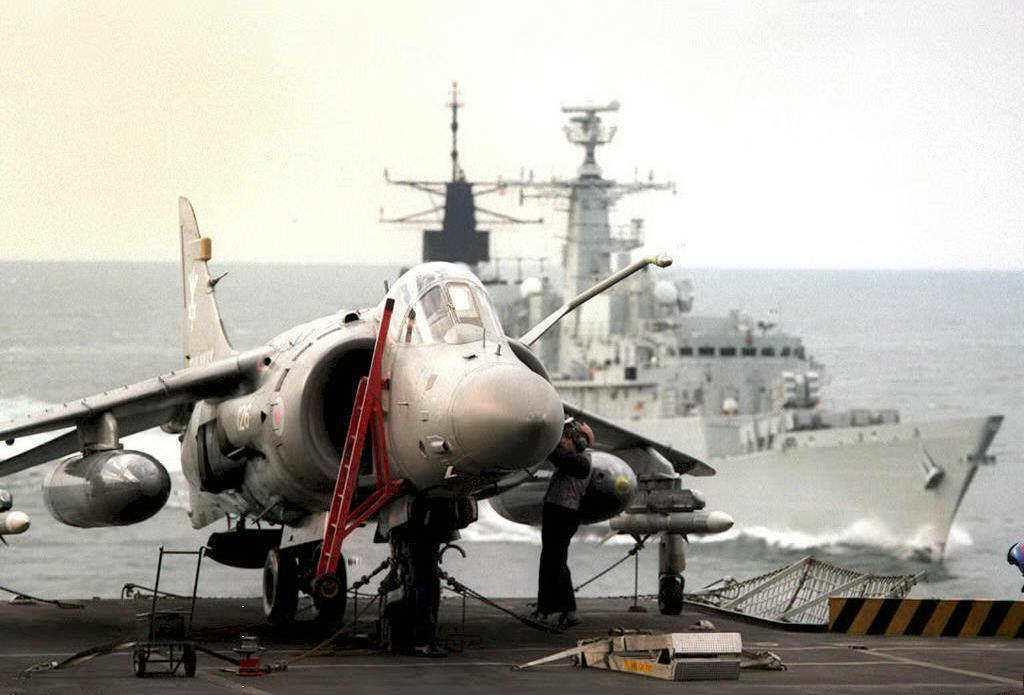 輕航艦的戰力終究有限,1982年福克蘭群島戰爭已經凸顯這一點:次音速的海獵鷹式戰...