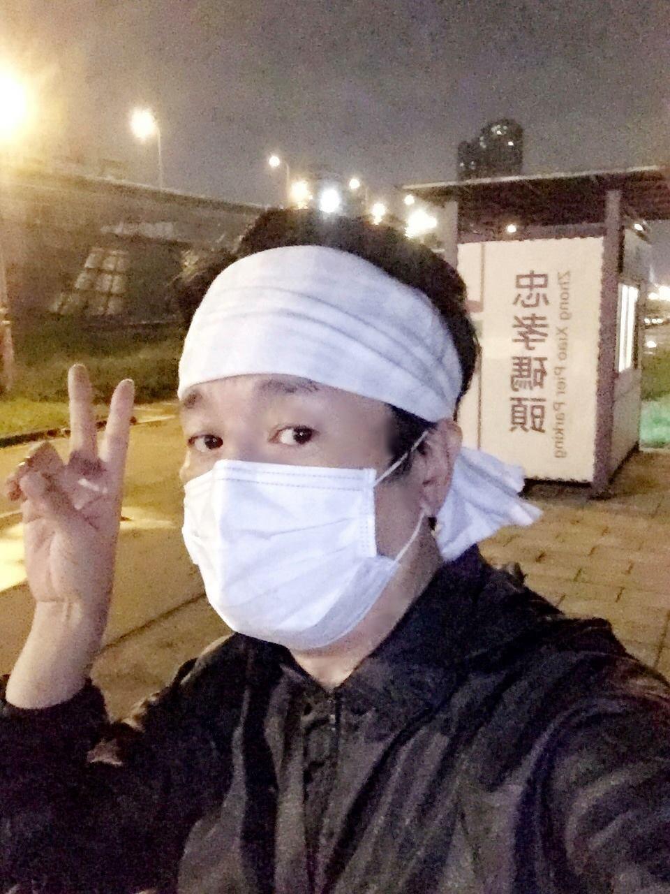 曹西平凌晨出門運動還戴著口罩。 圖/擷自曹西平臉書