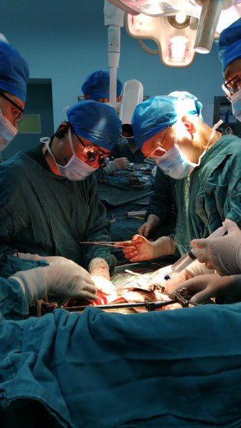 遊牧男的手術,動用兩岸一流的肝臟移植醫師,盡全力搶救。 照片/陳肇隆提供
