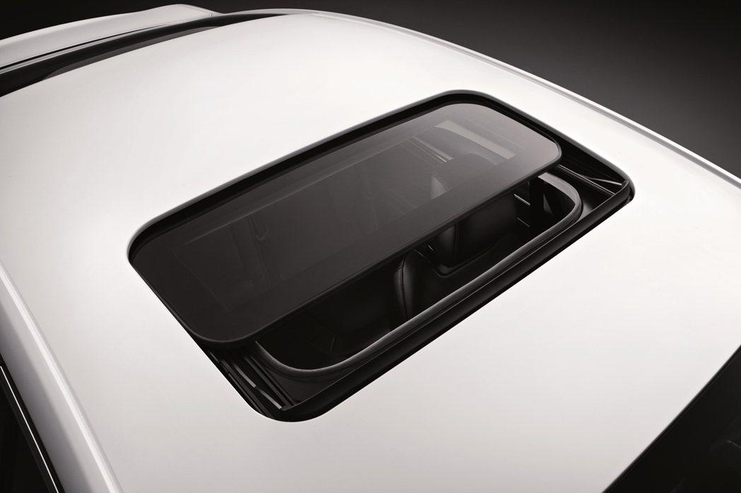 Ford Mondeo全車系標配電動天窗。 圖/福特六和提供