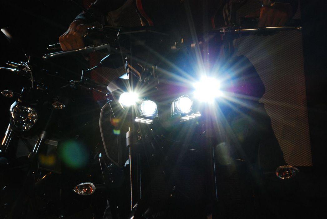 兇悍的四具LED遠近頭燈。記者林昱丞/攝影