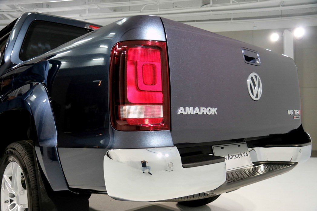Amarok V6大型尾門檔板。 記者史榮恩/攝影