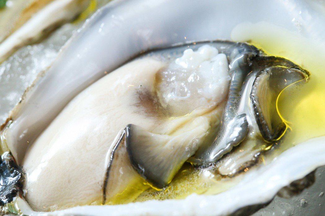 君品飯店雲軒西餐廳,思萊河生蠔搭配橄欖油。記者王騰毅/攝影