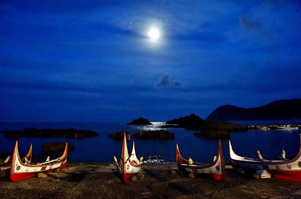 月光海與拼板舟。(林郁姍/攝)