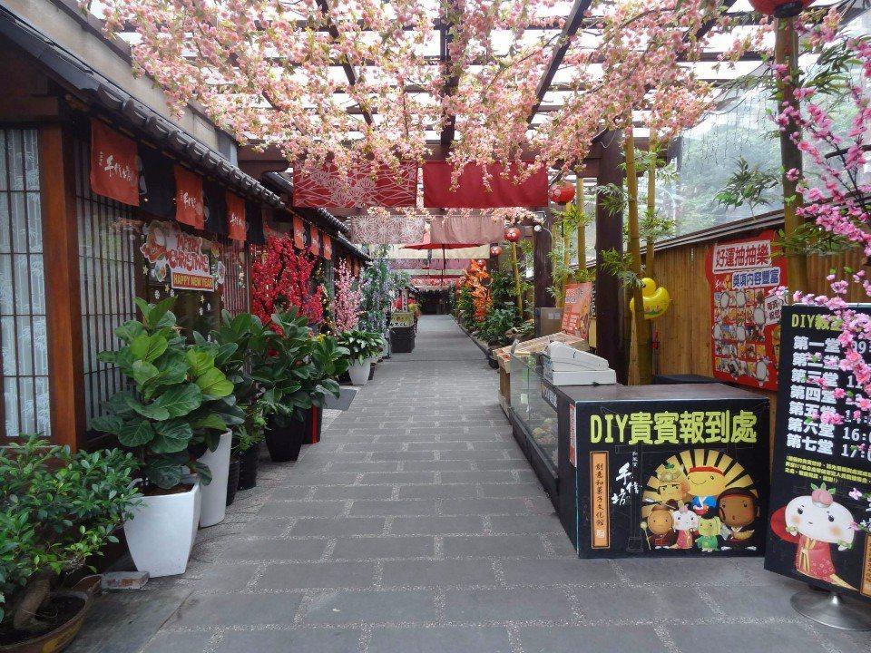 走入迷人的櫻花廊道,感受濃濃日式風情。(Flickr授權作者-Bunkichi ...