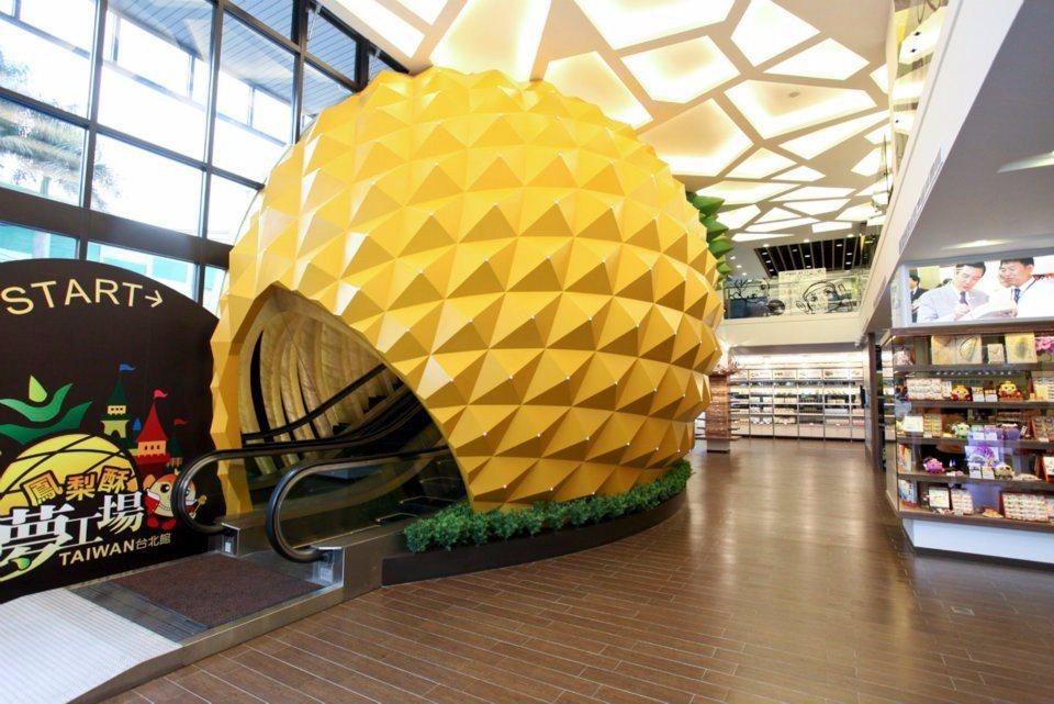 超吸睛的兩層樓大鳳梨,裡面其實暗藏玄機,是步步高升的手扶梯!(圖片來源/維格餅家...