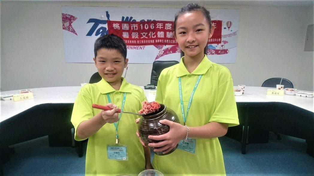 桃園15位國中小學生,最近到馬祖學習福州話、釀老酒與唱歌謠,昨天教育局舉辦成果發...
