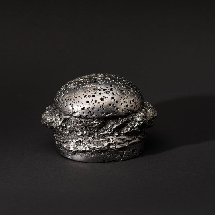 肯德基推出限量商品系列,圖片為標價超過60萬元的隕石漢堡模型,目前已銷售一空。圖...