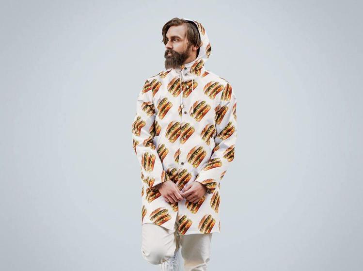 瑞典麥當勞把招牌的大麥克漢堡印製在雨衣、運動衣等單品上,並在網路商店銷售。圖/摘...