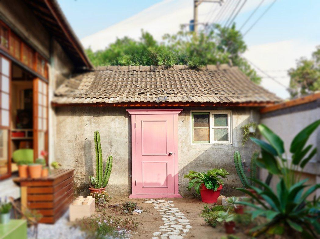 黃埔新村「以住代護」的新住戶,修整重現竹籬笆裡的生活樣貌。圖/黃埔新村住戶提供