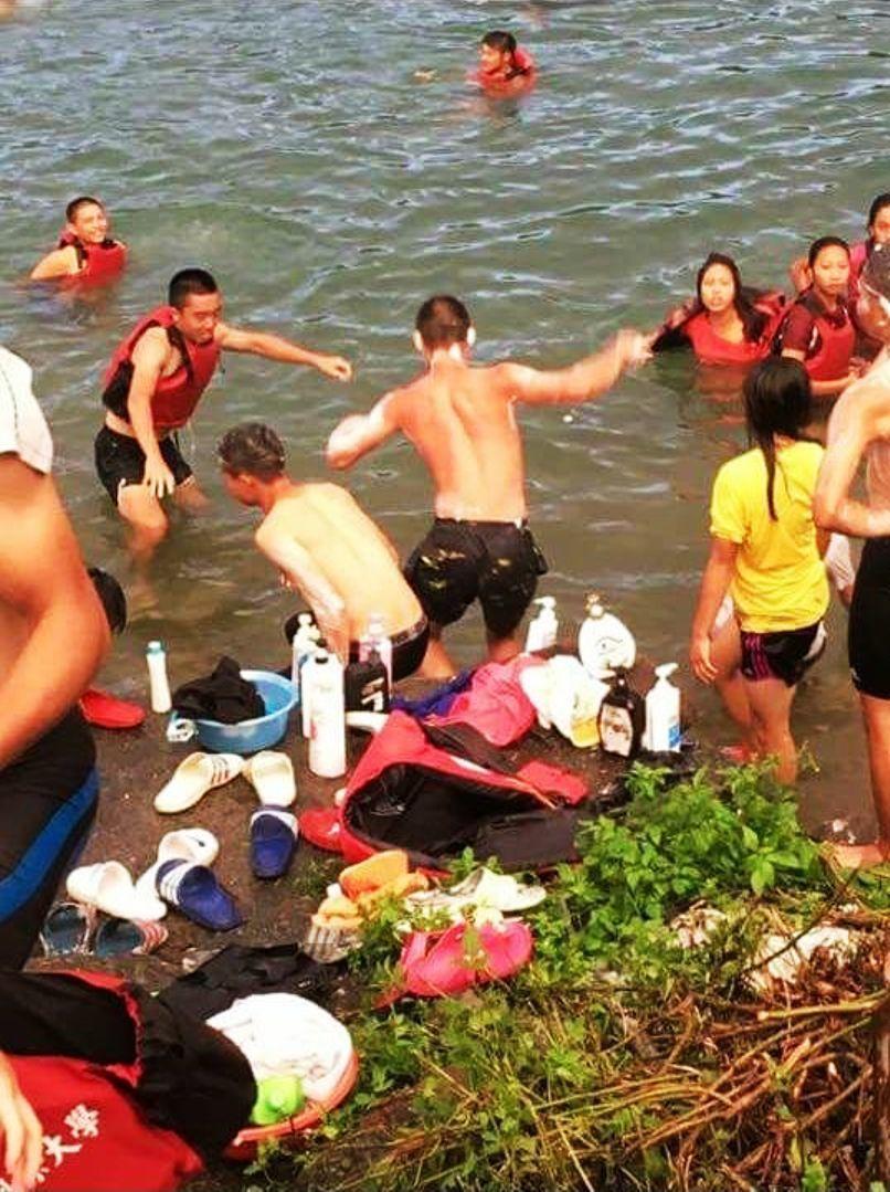 划船隊員選手在月牙灣訓練中心洗澡洗頭,被網友質疑破壞環境及水源。(翻攝自民眾臉書...