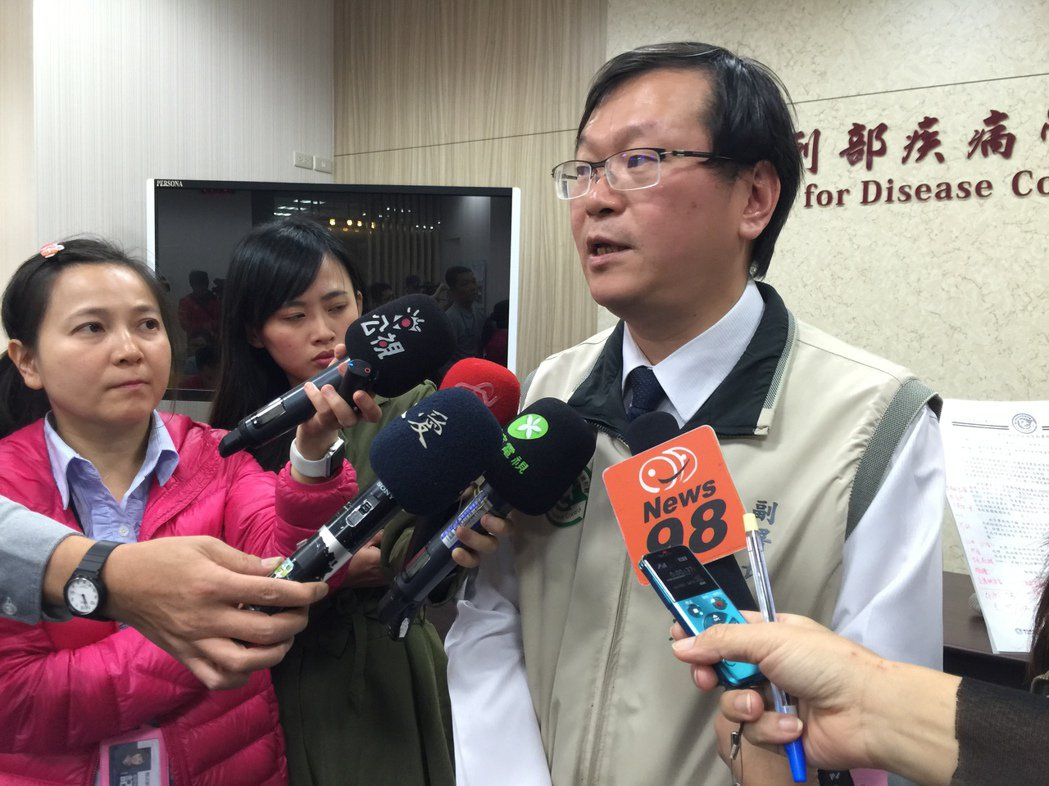 疾管署副署長莊人祥說明,為保障愛滋感染者就醫權益,擬讓全台僅65間醫院,透過雲端...