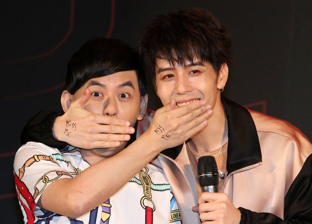 胡宇威在主持人黃子佼與自己手上寫上「Kiss me」,再搭配新歌做出「shut ...