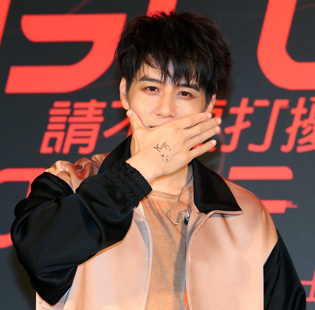 胡宇威在自己手上寫上「Kiss me」,再搭配新歌做出「shut up and ...