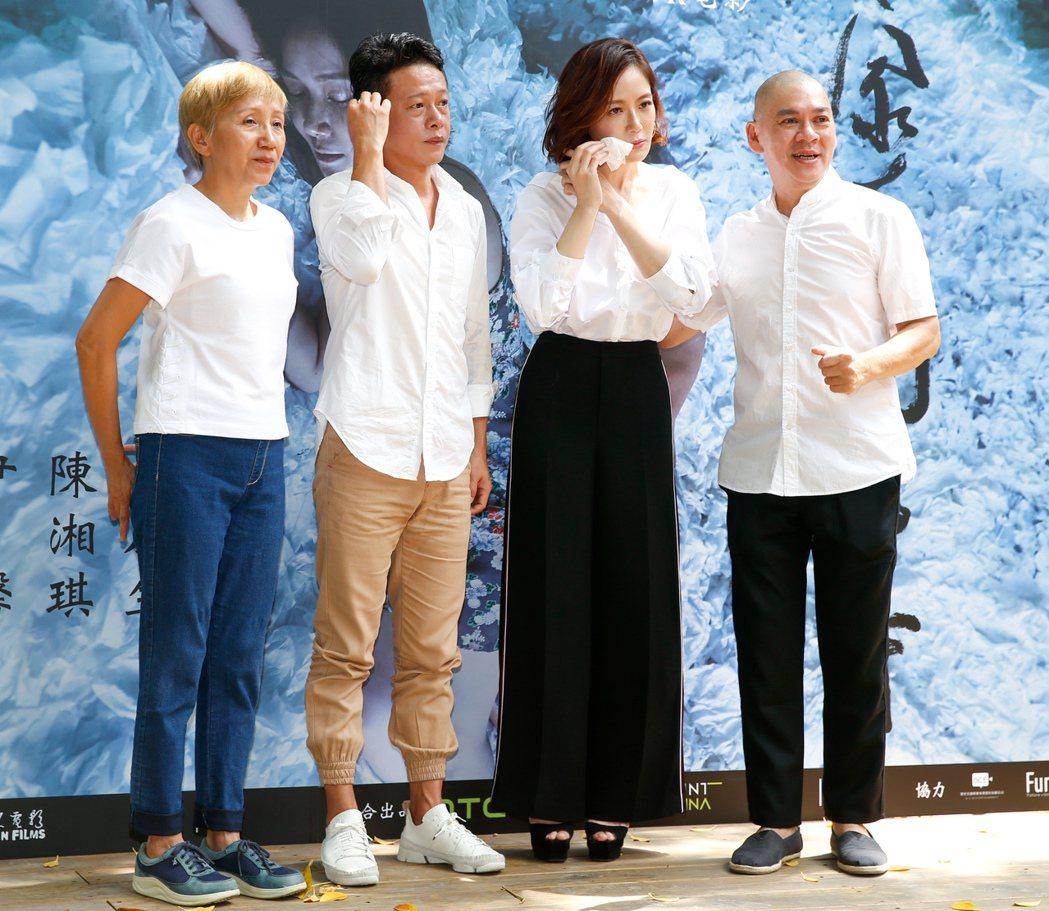 導演蔡明亮(右一)今天下午帶領新片「家在蘭若寺」的主要演員李康生(左二)、陸弈靜