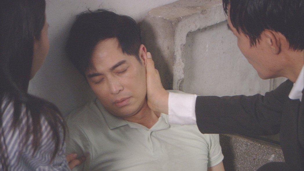 林健寰劇中英雄救美後被打到失明。圖/台視提供
