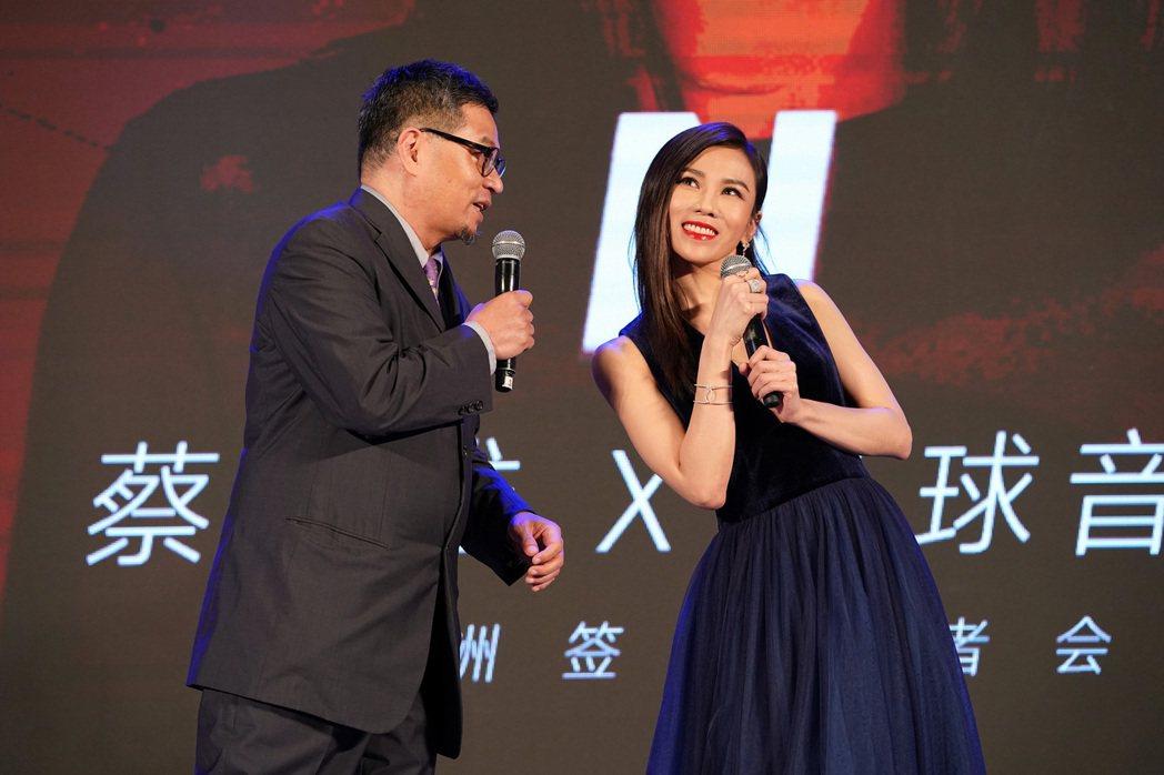 蔡健雅在北京宣布加盟環球唱片,左為環球音樂大中華區總裁暨執行長張松輝。圖/環球提