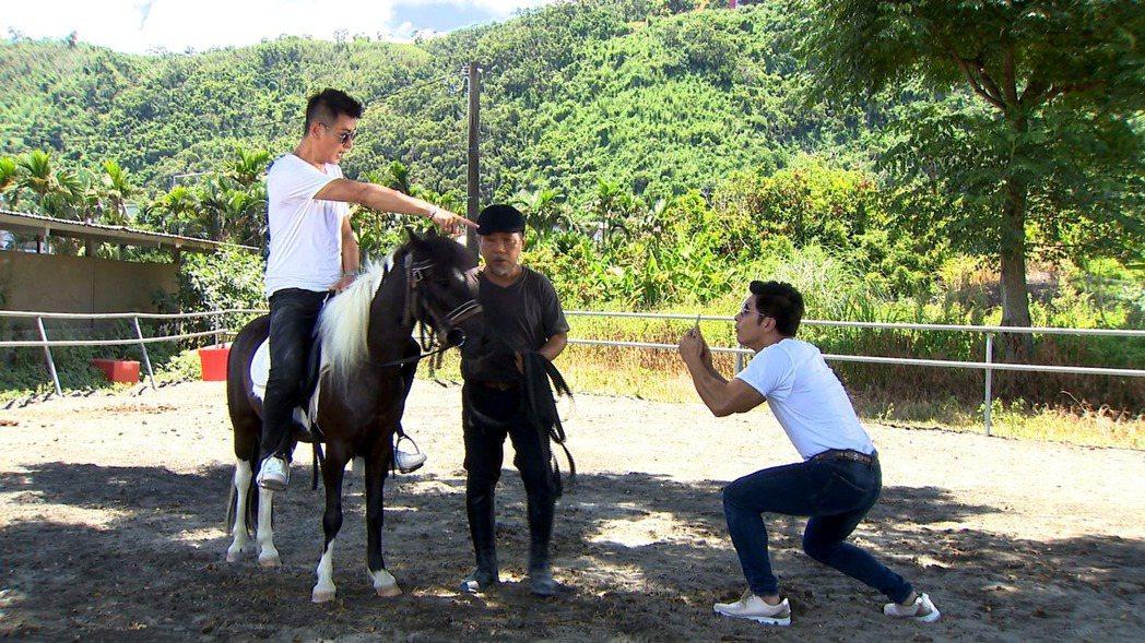 陳冠霖(左)在一家人中騎迷你馬。圖/三立提供