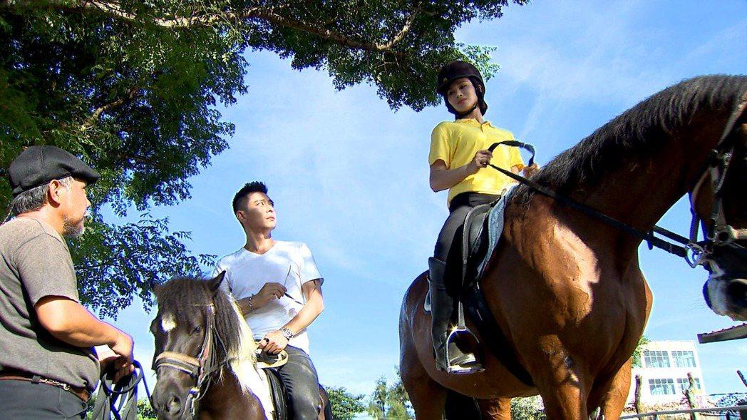 陳冠霖(中)在一家人中騎迷你馬。圖/三立提供