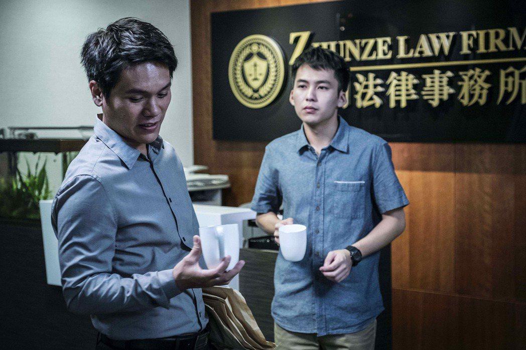 舒米恩(左)與巫建和合作「他們在畢業的前一天爆炸2」。圖/公視提供