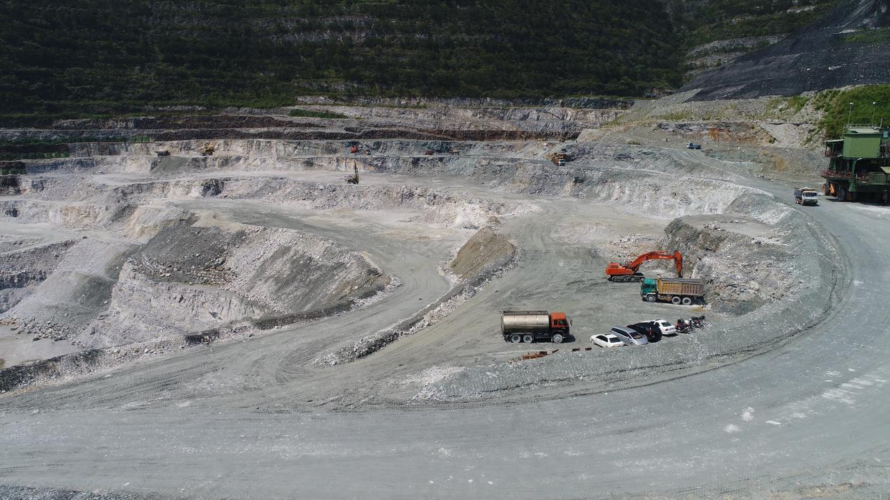 齊柏林的「看見台灣」片中,亞泥在太魯閣國家公園開設的採礦場,在他的俯拍下,呈現綠...