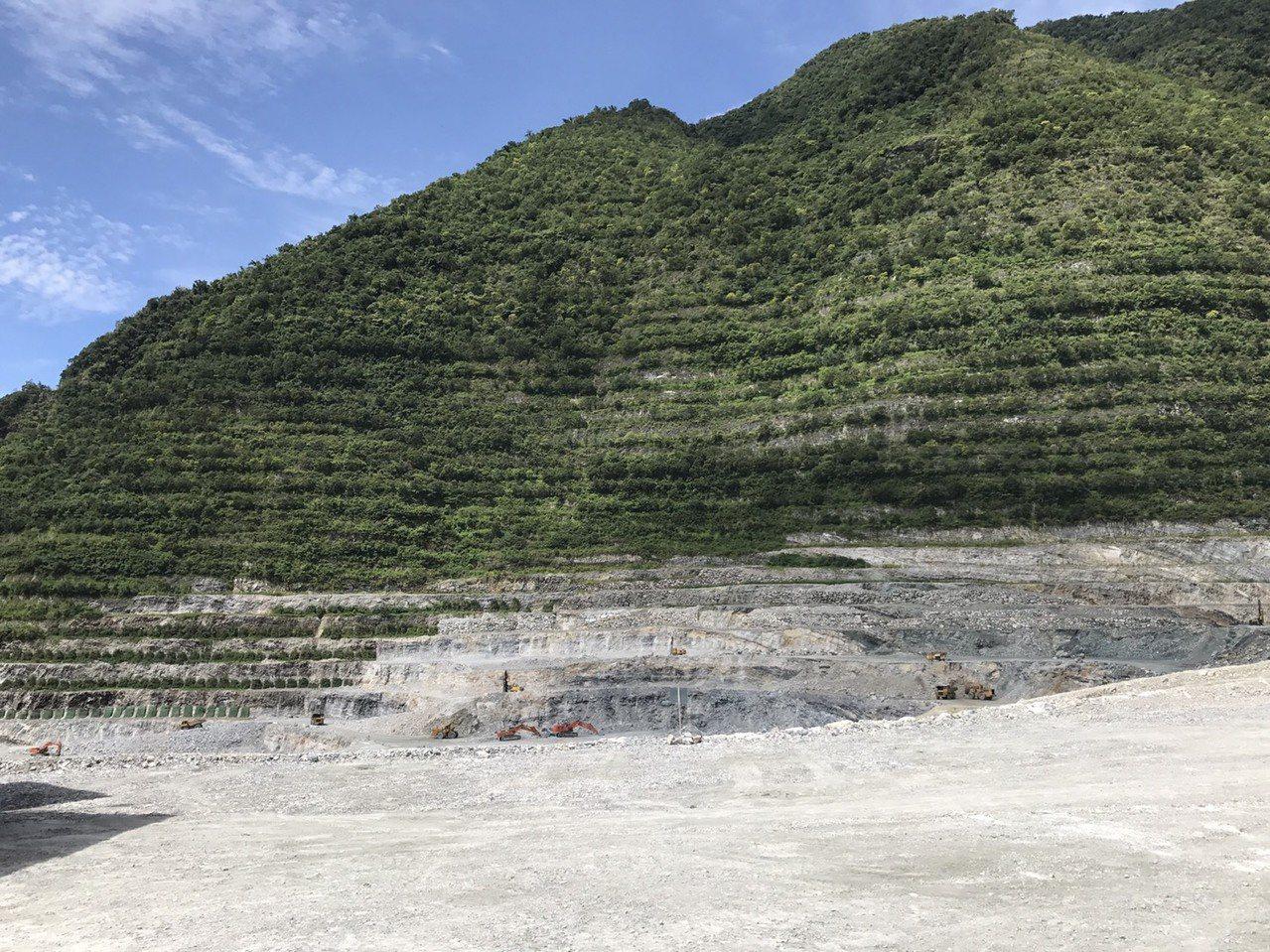 亞泥新城山礦場經過40年挖掘,開採高度節節下降。記者徐庭揚/攝影