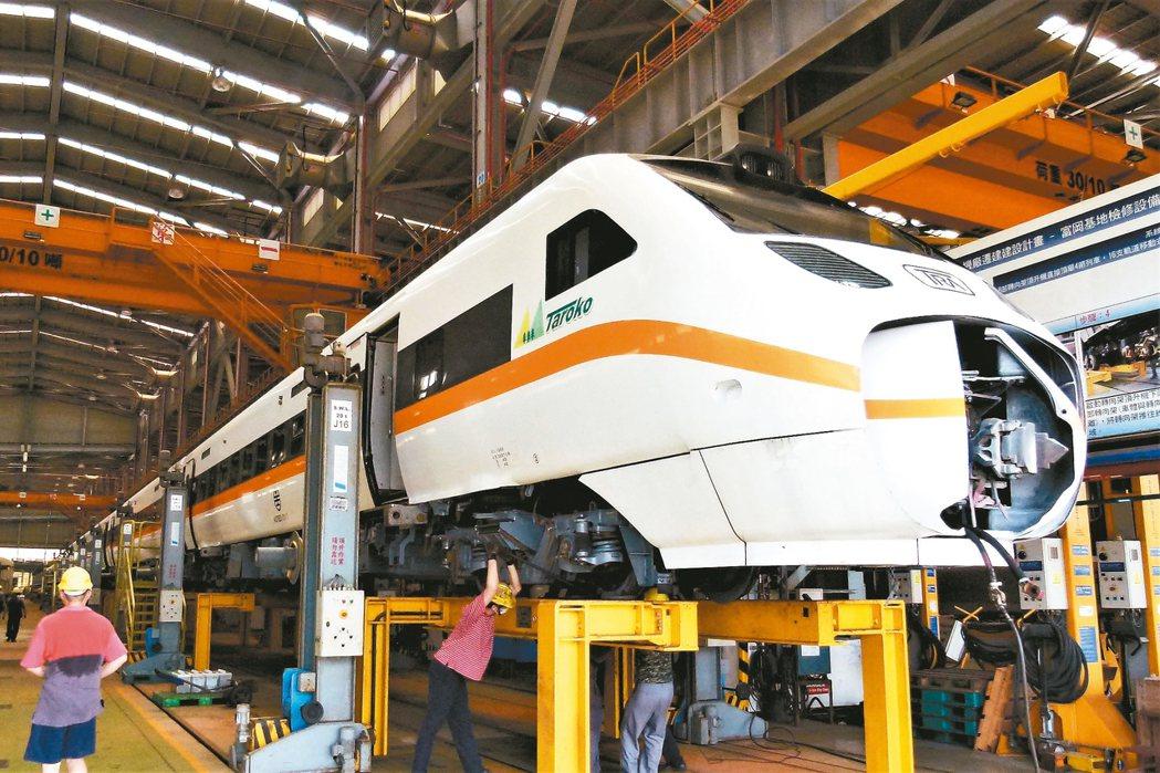 富岡基地A2─1三四級保養廠(電聯車2廠)可以一次頂伸8節車廂,在亞洲屬於最新維...