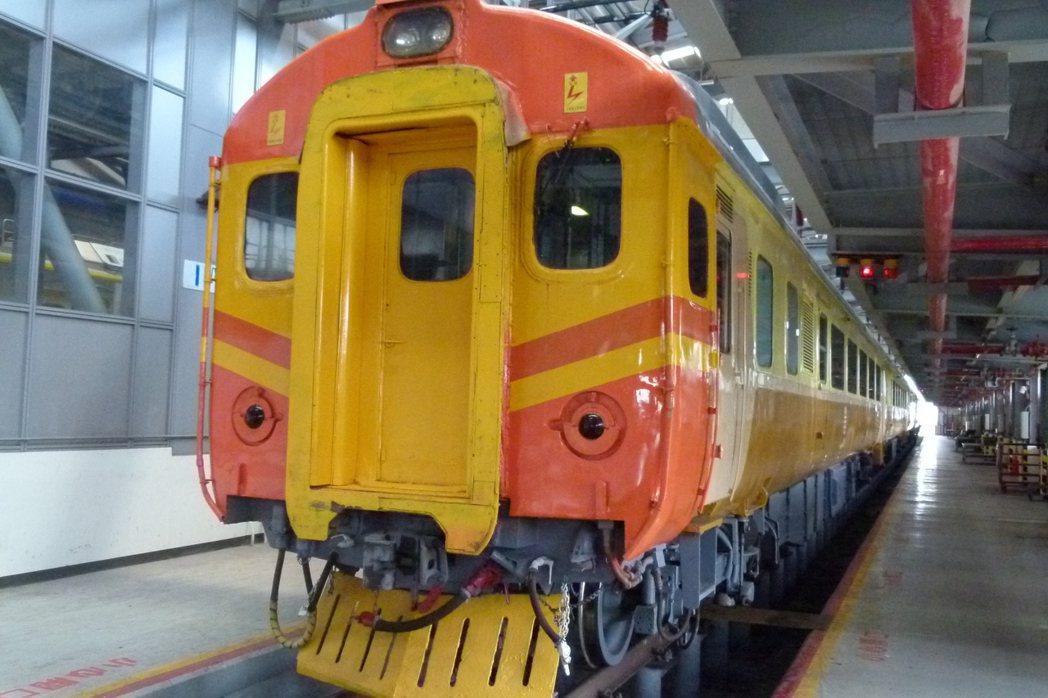 EP101列車是民國68年鐵路電氣化臺灣第一輛自強號,是鐵道迷追星的頭號目標,兩...