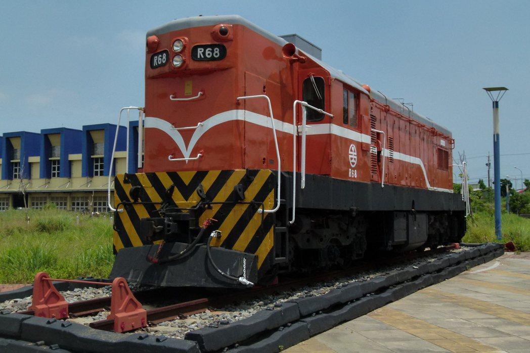 R68柴油電氣機車民國49年服役,雖然已經報廢,但仍被放在富岡基地入口顯著位置,...