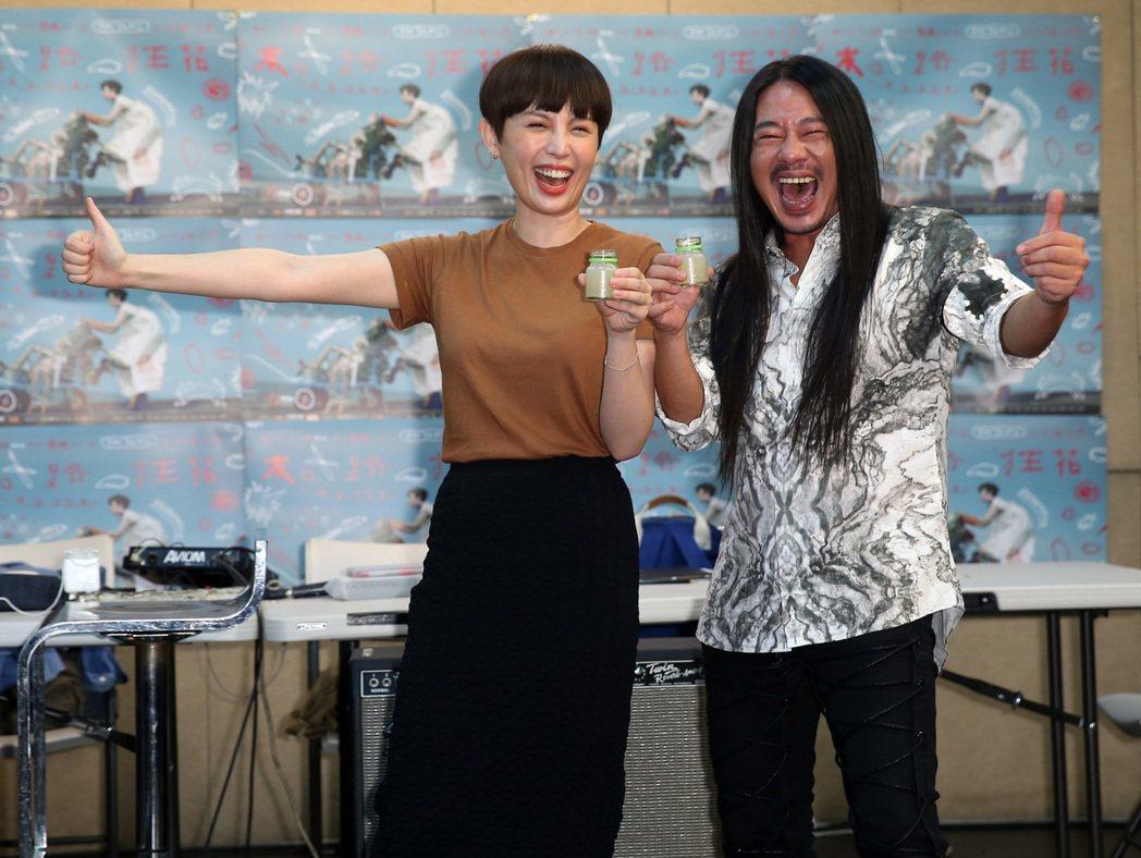 藝人魏如萱(左)舉行「末路狂花巡迴演唱會」彩排, 亂彈阿翔(右)帶來蜆精探班。記