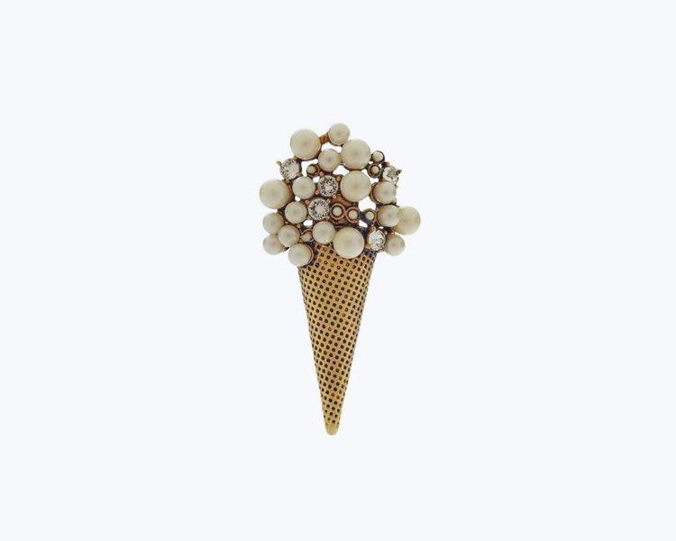 可用來裝飾包款的冰淇淋勳章,1,290元。圖/Marc Jacobs提供