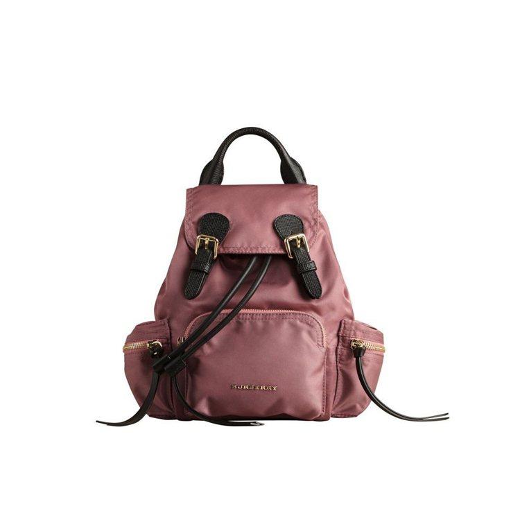 The Rucksack科技尼龍拼皮革粉紅色小型軍旅背包,售價41,000元。圖...