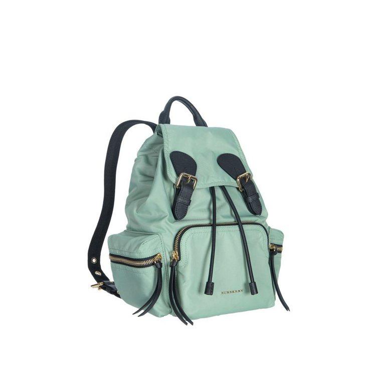 The Rucksack科技尼龍拼皮革蘋果綠色中型軍旅背包,售價46,000元。...
