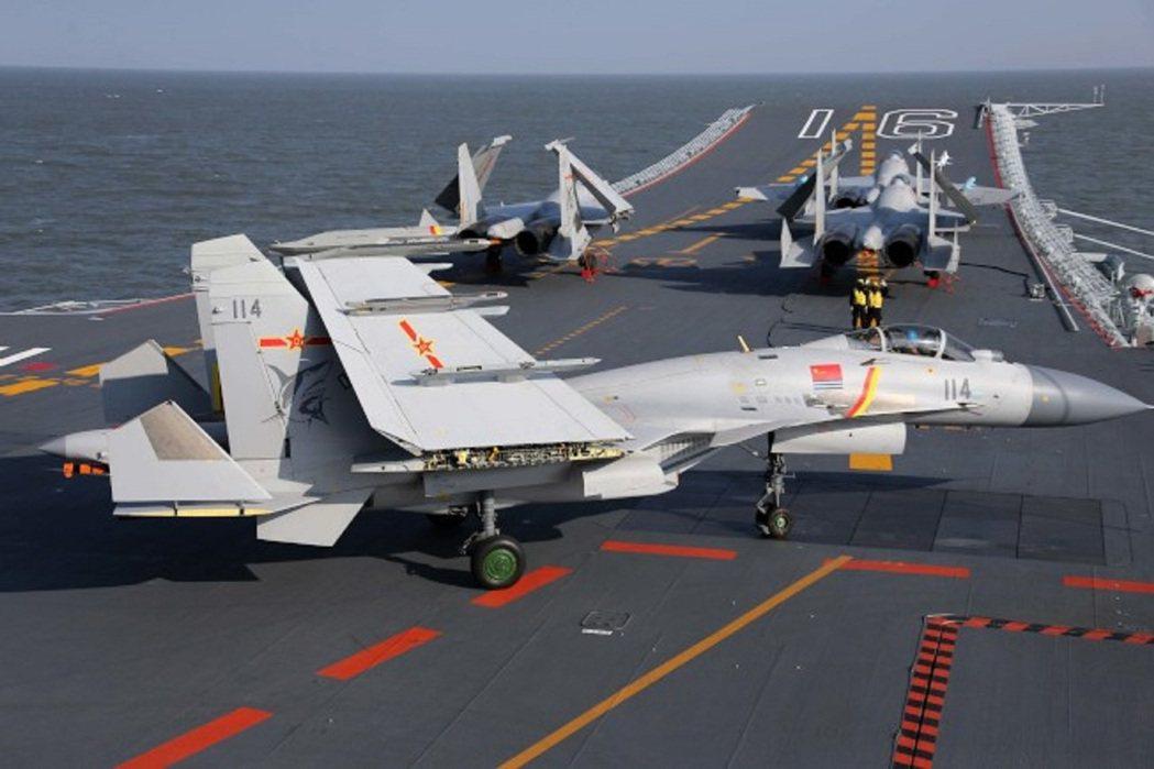 大陸軍方傳出在華北一處地方試驗航母電磁彈射艦載機「殲-15」成功,不過最新訊息顯...