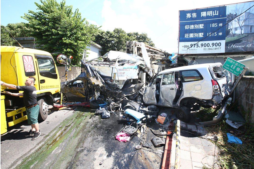 台北市陽明山仰德大道上午發生水泥車連環撞車禍。 記者蘇健忠/攝影