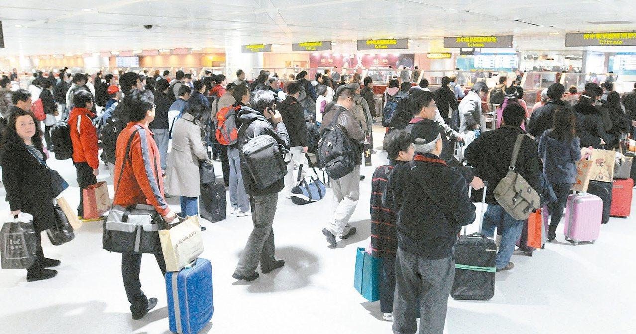 桃園機場旅客入境通關人潮擁擠。 聯合報系資料照