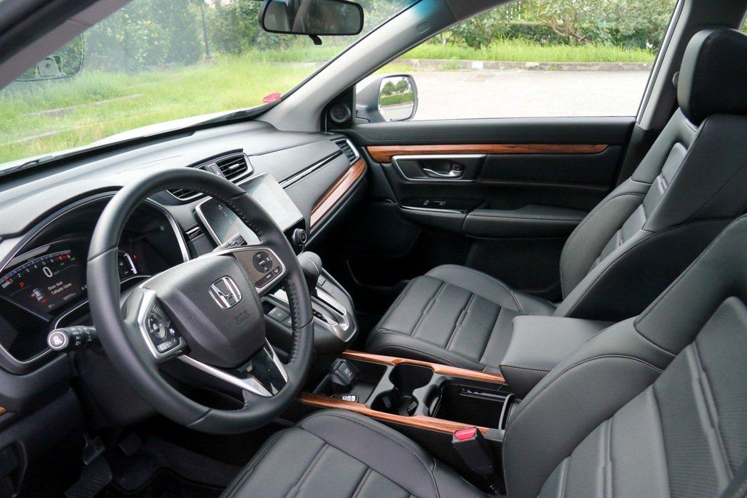 Honda CR-V 1.5S內裝採用優雅的木紋飾板。 記者史榮恩/攝影