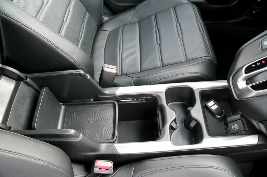Honda CR-V 1.5 VTi-S中央扶手處的收納空間。 記者史榮恩/攝影