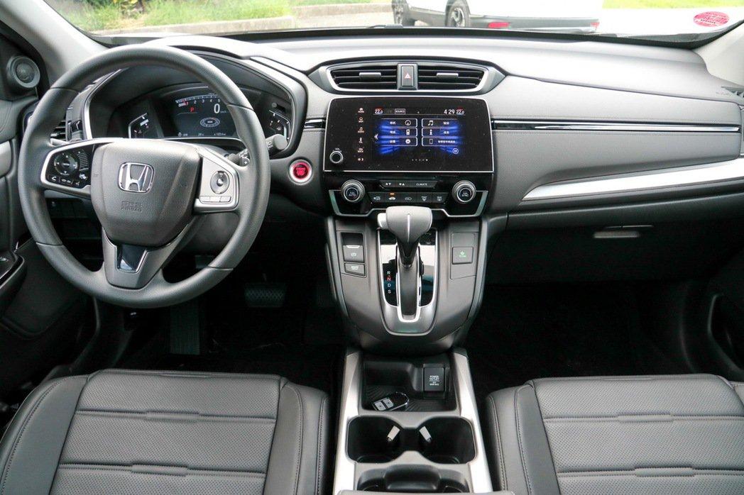 Honda CR-V 1.5 VTi-S內裝採高亮度金屬銀飾板。 記者史榮恩/攝影
