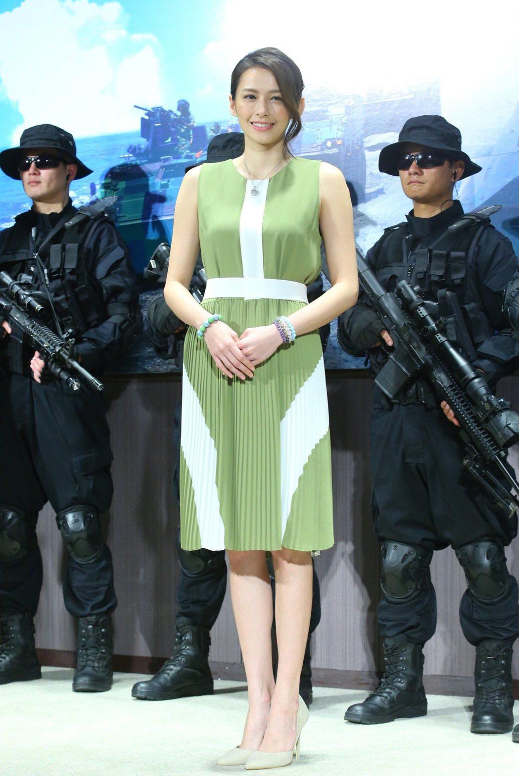 國防部電視劇「最好的選擇」,主要演員袁艾菲(中)在媒體鏡頭前現身。 圖/聯合報系