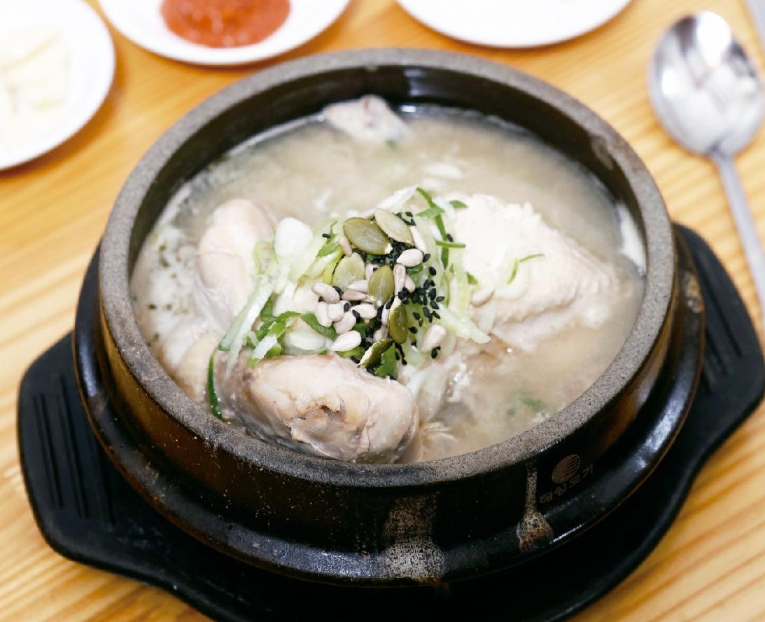 土俗村 土鍋中加入糯米、高麗人蔘、紅棗、栗子、銀杏,跟嫩雞一起熬煮。